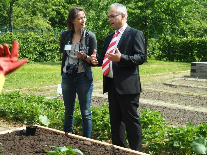 netzwerk natur, Übergabe des PflanzenWelten-Hochbeetes an der Kolibri-Grundschule in Berlin