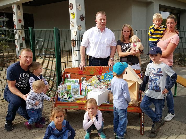 netzwerk natur,Übergabe des Entdecker-Pakets an den AWO-Kindergarten in Mechernich durch Stiftungsbotschafter Georg Rockenfeld (2. v. l.)