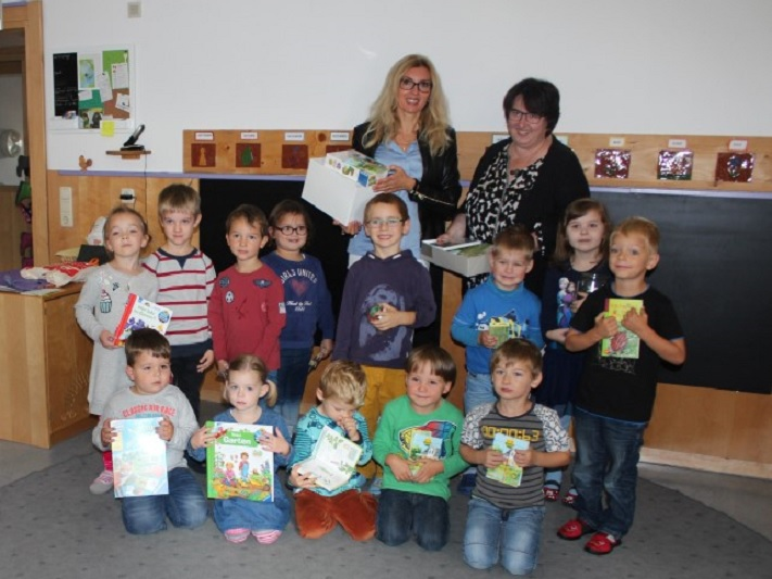 netzwerk natur, Übergabe des Entdecker-Pakets an die Kindertagesstätte Hl. Familie in Roding durch Stiftungsbotschafterin Sylvia Wagner (hinten links)