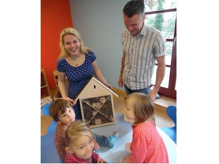 netzwerk natur, Übergabe des Entdecker-Pakets an die Kindertagesstätte Kindervilla Schatzkiste in Stralsund durch Stiftungsbotschafter Martin Zühlke. Hier wird das neue Insektenhotel präsentiert.