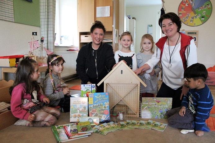 netzwerk natur, Übergabe eines Entdecker-Paketes an Charly's Kinderparadies in Melle durch die Stiftungsbotschafterin der Town & Country Stiftung Annette Meyer