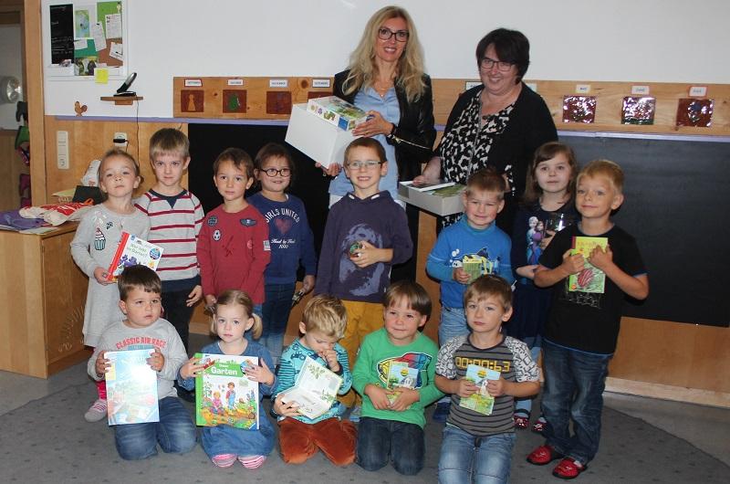 netzwerk natur, Übergabe des Entdecker-Pakets an die Kindertagesstätte Hl. Familie in Roding durch Sylvia Wagner
