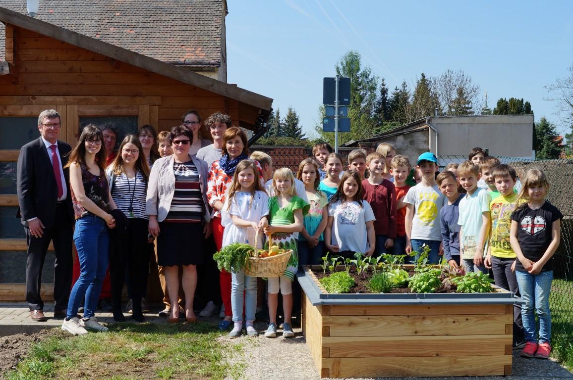 netzwerk natur, Übergabe des PflanzenWelten-Hochbeetes an die Grundschule Zwenkau