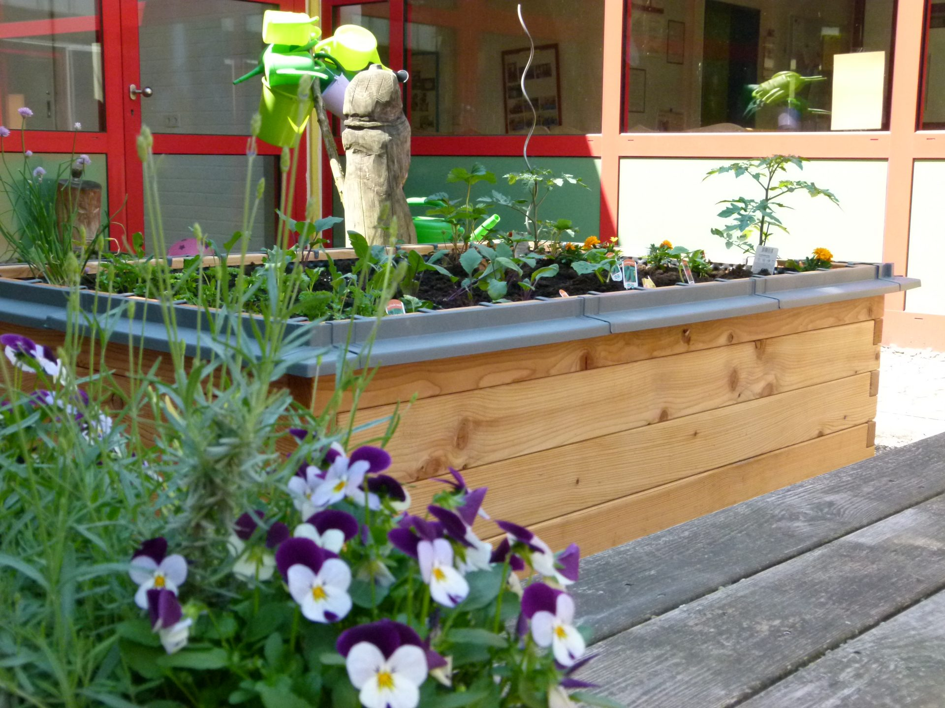 netzwerk natur, Übergabe des PflanzenWelten-Hochbeetes in Ottweiler (Foto: Kita Lehbesch)