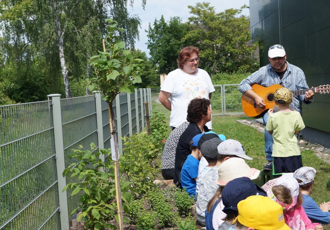 netzwerk natur, Übergabe der Pflanzspende an das Haus des Kindes in Schifferstadt