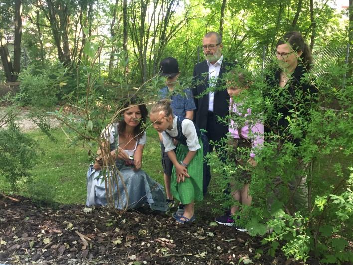 netzwerk natur, Übergabe der Spende zur Begrünung des grünen Klassensimmers an der GS an der Graslitzer Straße
