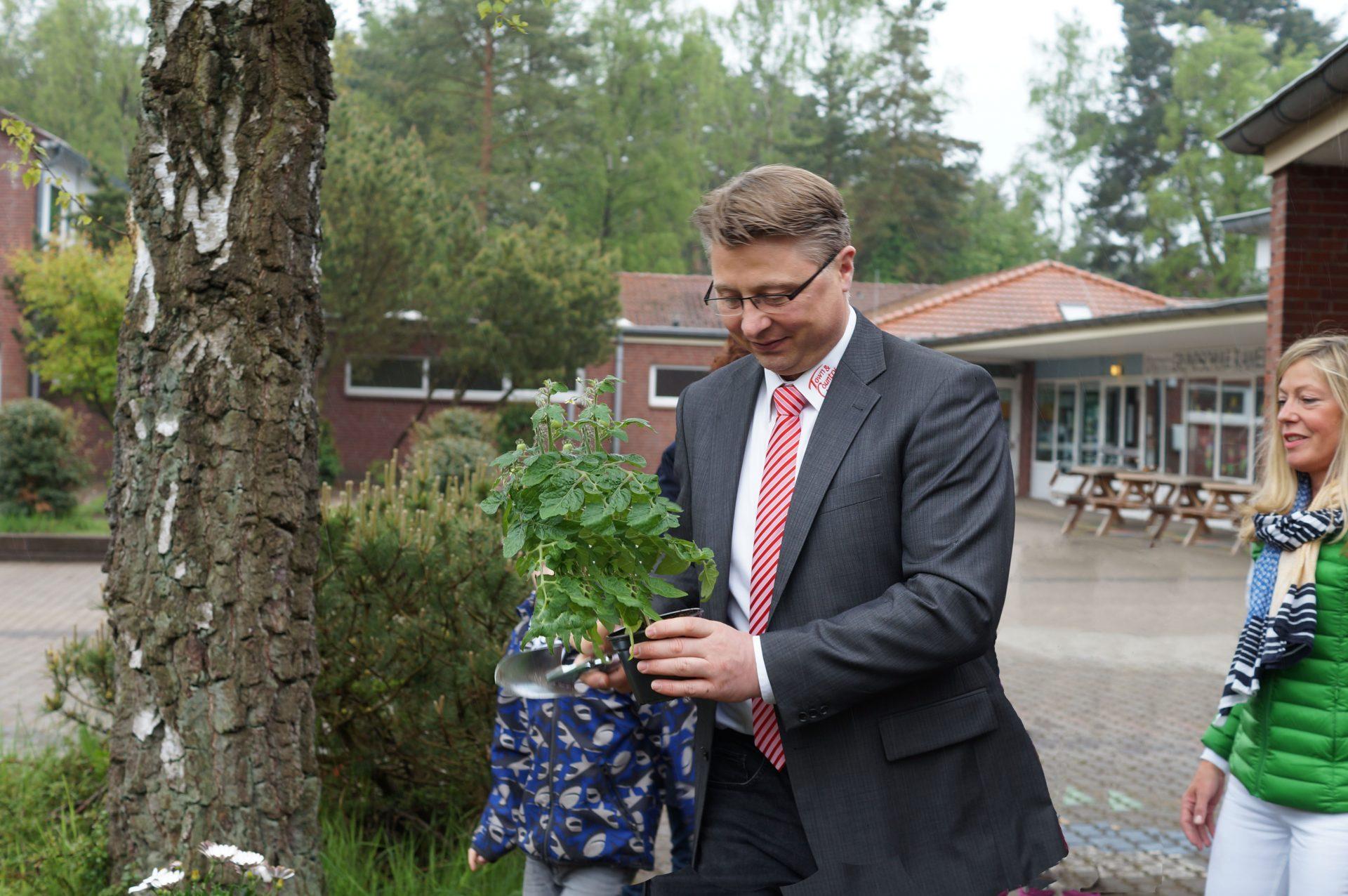 netzwerk natur, Übergabe des PflanzenWelten-Hochbeetes an die Grundschule Ramelsloh
