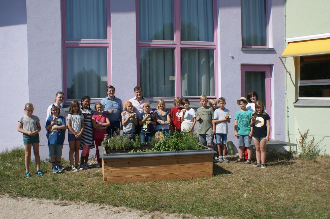 netzwerk natur, Übergabe des PflanzenWelten-Hochbeetes in Wendelstein (Foto: Waldorfschule Wendelstein)