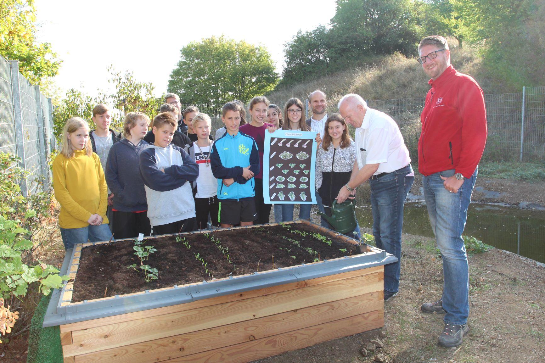 netzwerk natur- Übergabe des PflanzenWelten Hochbeetes in Herborn (Foto: Comenius-Schule)