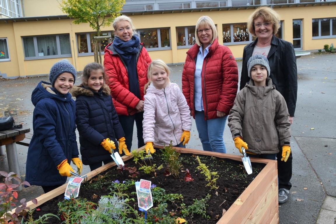 netzwerk natur- Übergabe des PflanzenWelten Hochbeetes in Steinheim (Foto: Hausbau im Hochstift Andreas Kropp GmbH & CO. KG.)