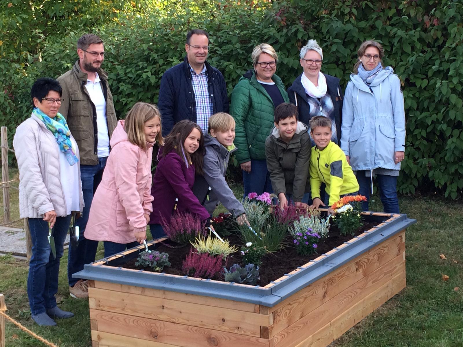 Die Übergabe des PflanzenWelten-Hochbeetes an die Astrid-Lindgren-Schule in Northeim (Foto Schule)