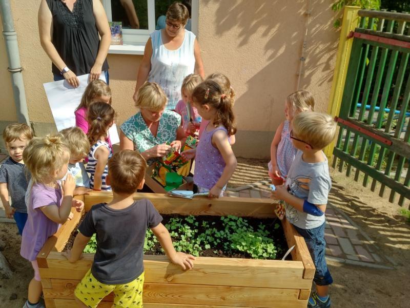 Übergabe des PflanzenWelten-Hochbeetes an die Kita Zwergenland in Roßwein