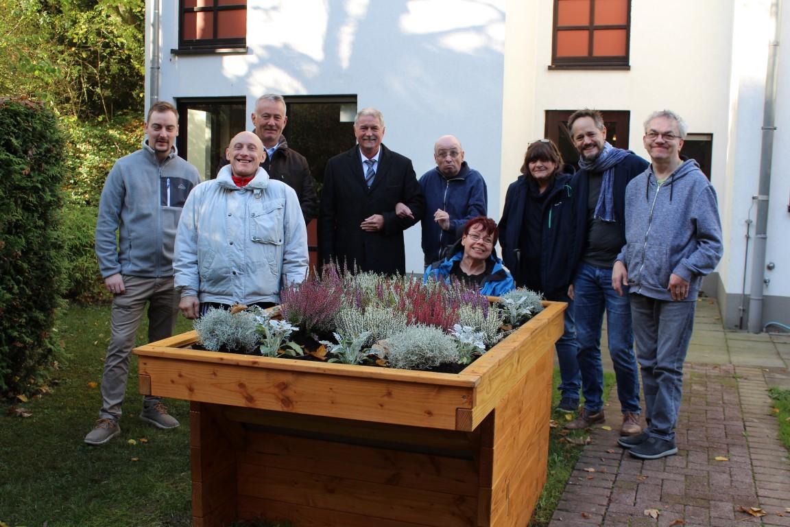 Übergabe des PflanzenWelten-Hochbeetes an den Lebenshilfe e. V. Mettmann (mit Michael Schindler und Bürgermeister Michael Beck (3. bzw. 4. von links) sowie Thomas Stumpf (2. von rechts)