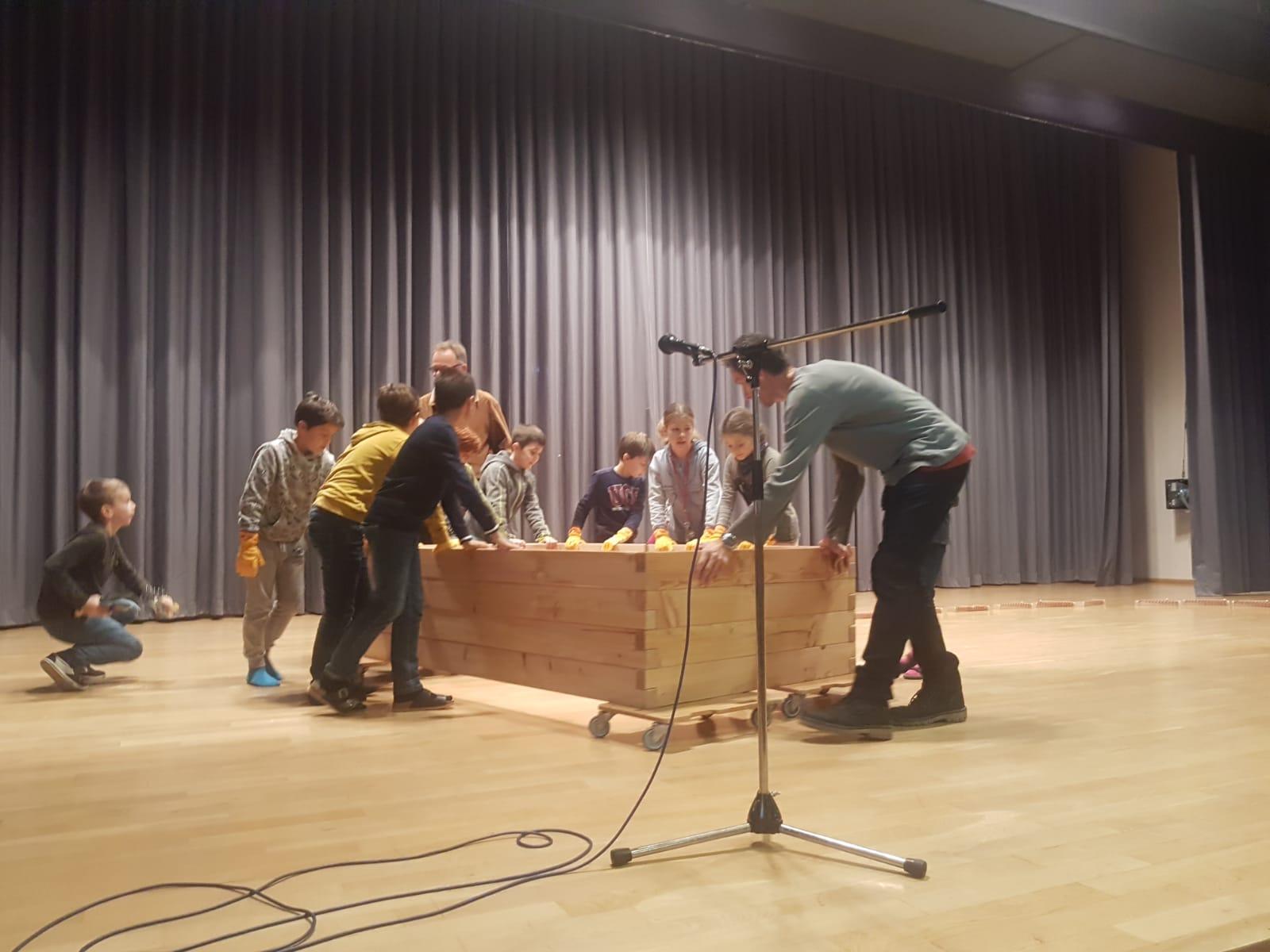 Übergabe des PflanzenWelten-Hochbeetes an die Schönberg Grundschule in Freiburg - St. Georgen (Foto: Schule)