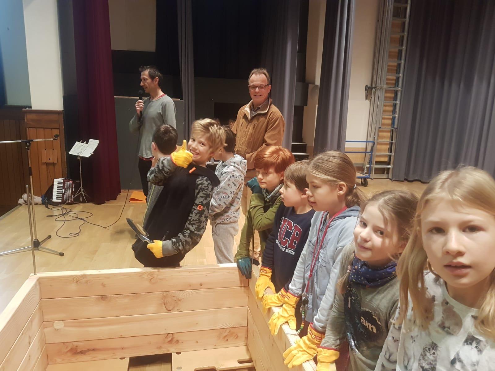 Übergabe des PflanzenWelten-Hochbeetes an die Schönberg Grundschule in Freiburg (Foto: Schule)